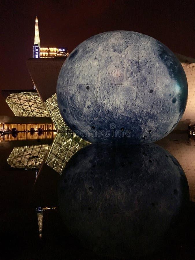 Луна… в пасмурной ноче стоковое фото rf