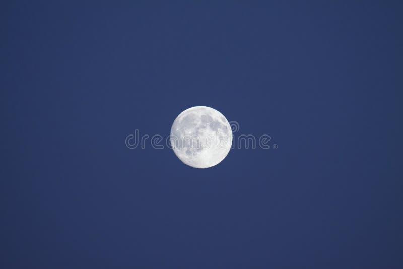 Луна… в пасмурной ноче стоковые изображения