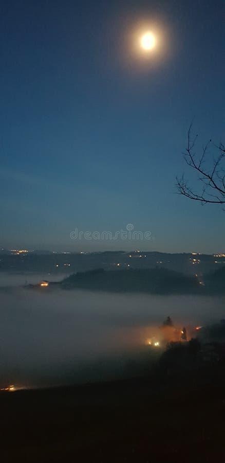 Луна вверх по туману стоковые изображения rf