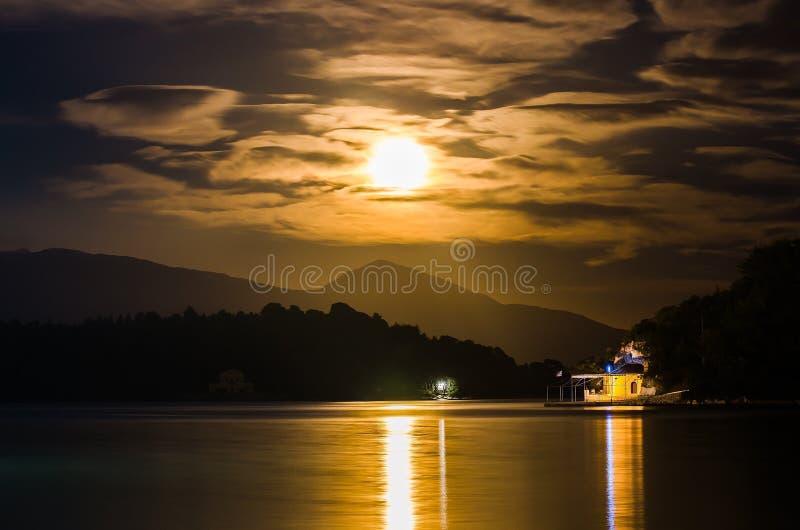Луна захода солнца стоковые фотографии rf