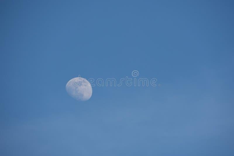 Луна и голубое небо как предпосылка стоковое изображение rf