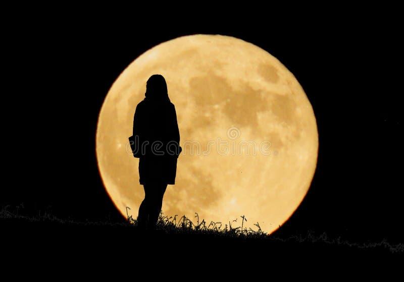 Луна и женщины стоковые фото