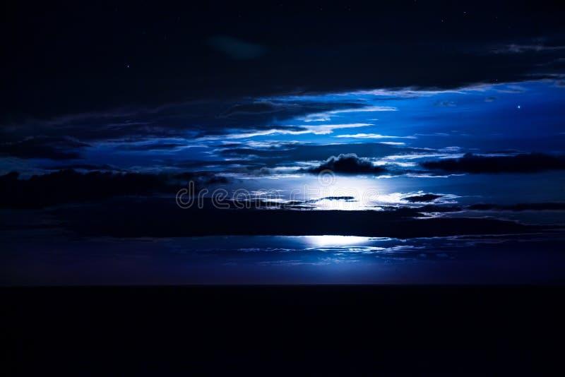Луна и звезды wiith ночного неба стоковая фотография
