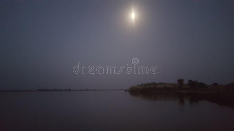 Луна и река стоковые изображения