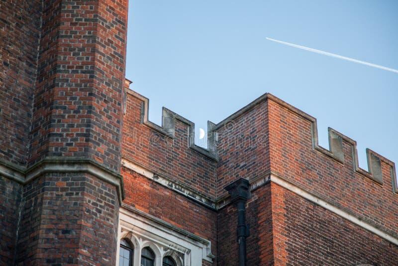 Луна и самолет над дворцом Хэмптона Корта стоковое фото rf