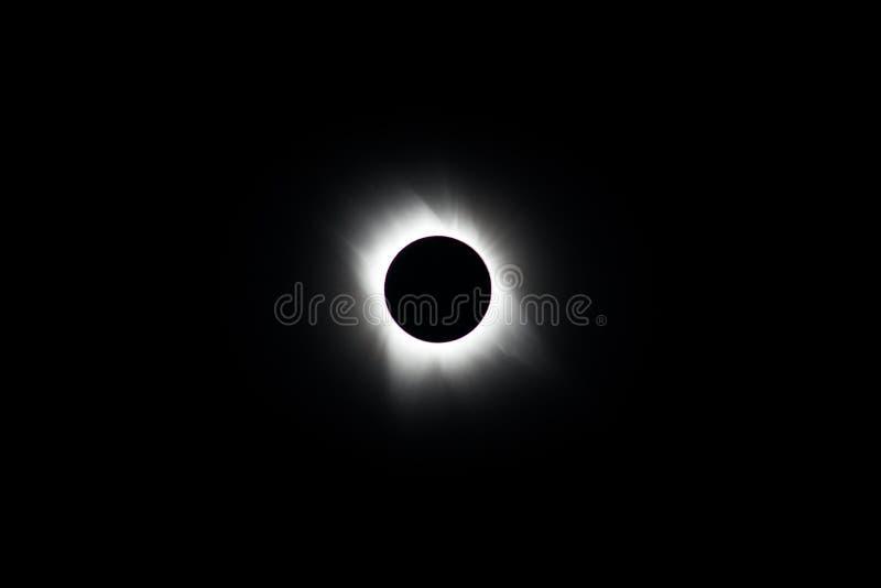 Луна и Солнце во время полного солнечного затмения стоковые изображения