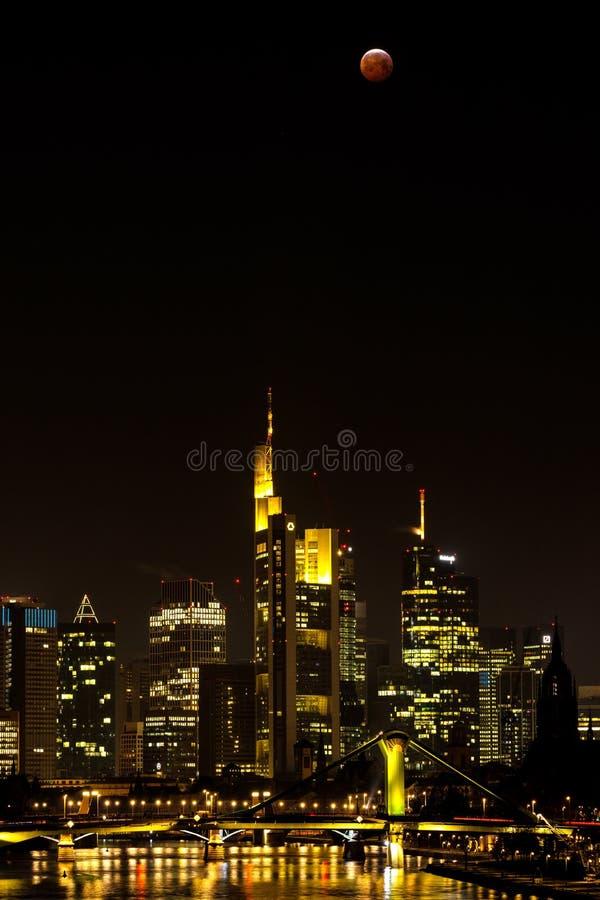 Луна крови над горизонтом Франкфурта-на-Майне стоковая фотография