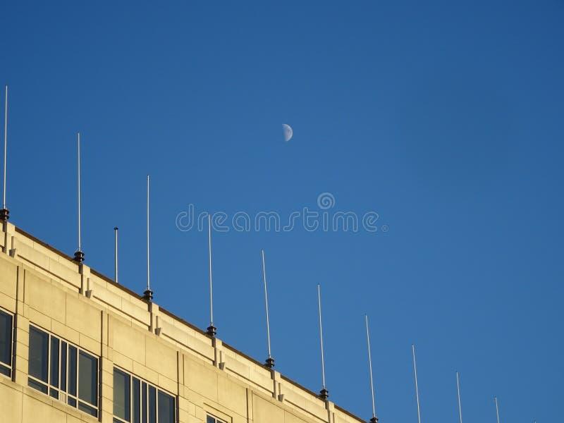 луна над зданием в дневном времени стоковое фото rf