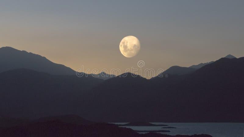 Луна над ландшафтом стоковое изображение rf