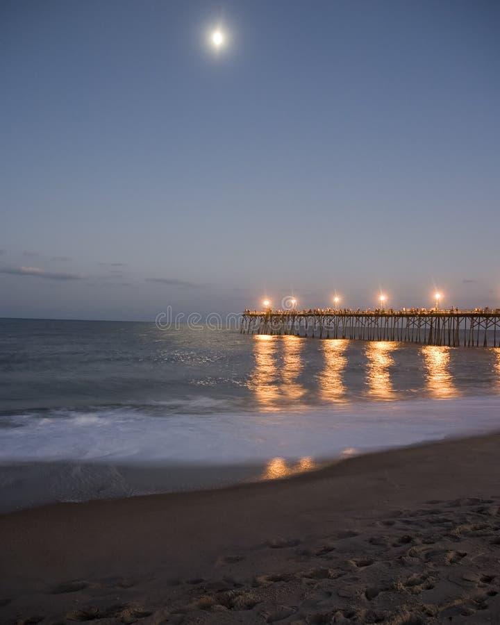 луна над пристанью стоковые изображения