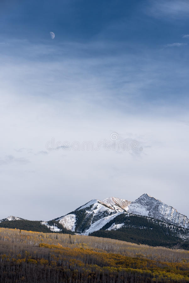 Луна над горой стула в национальном лесе Gunnison стоковое изображение
