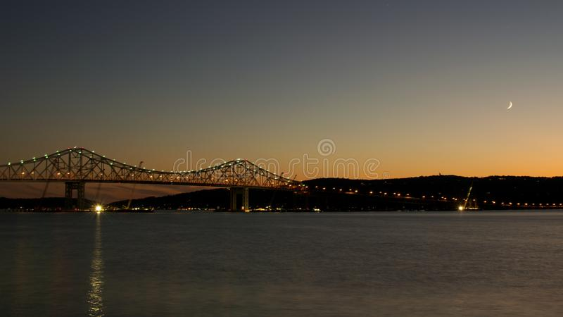 Луна над мостом Tappan Zee стоковая фотография