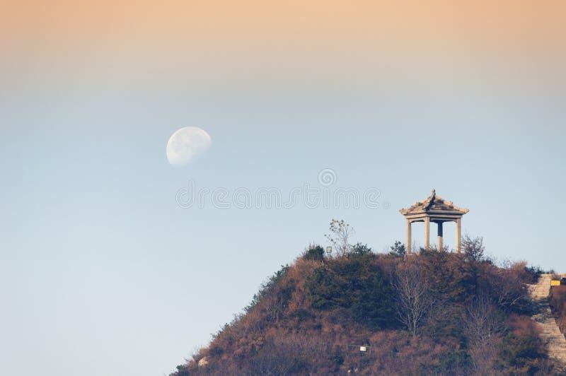 Луна над Шанью Tai (Mount Tai) стоковое изображение rf