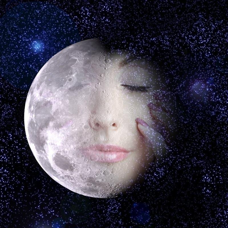 Луна поворачивает в сторону женщины в ночном небе. стоковое изображение rf