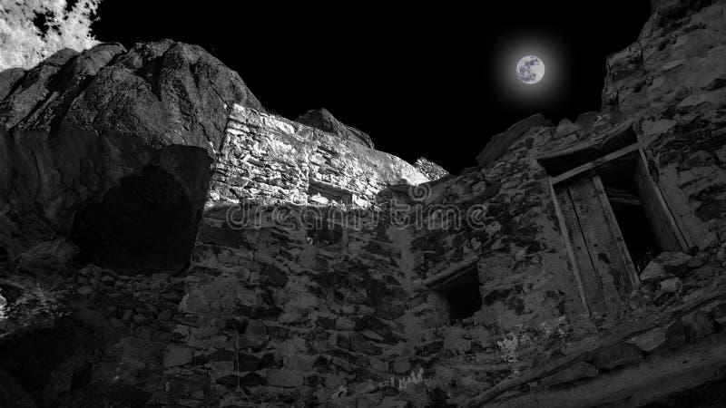 Луна поднимая над покинутым каменным зданием стоковые фотографии rf