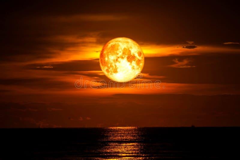 луна полной крови на облаке силуэта неба света моря и океана стоковое изображение rf