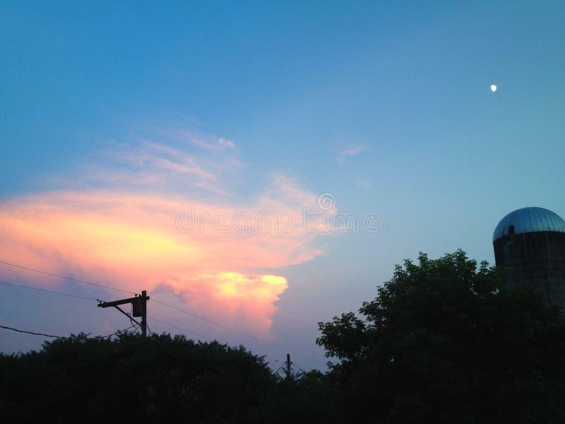 Луна против облака стоковое фото rf