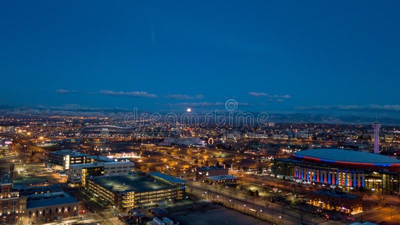 Луна устанавливая над горой как рассвет стоковая фотография rf