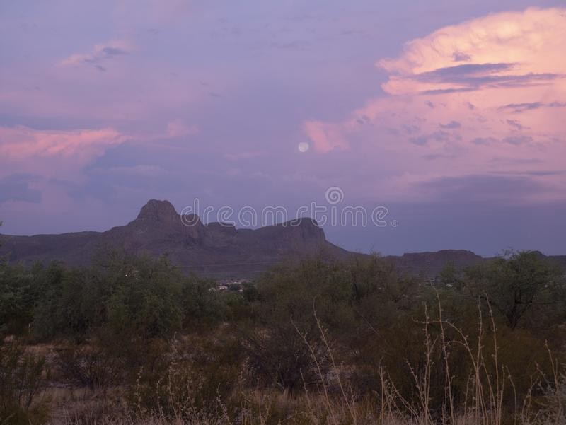 Луна установила на восход солнца над пиком Sombrero стоковые изображения