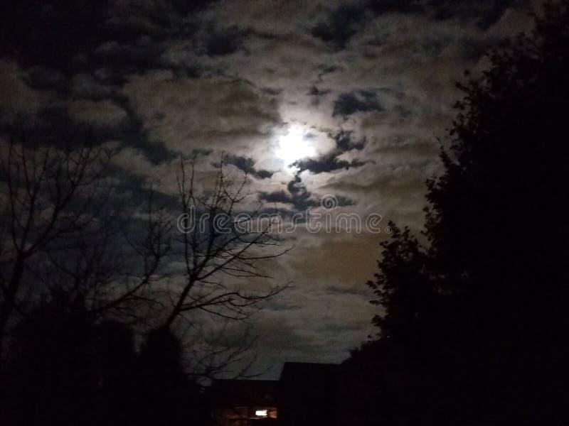 Луна peeking через облака стоковые изображения