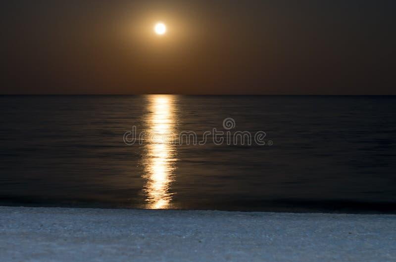Лунное отражение на море, полнолуние стоковые изображения