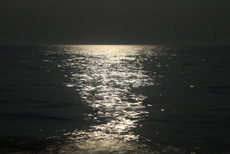 Лунный путь на море стоковое изображение rf