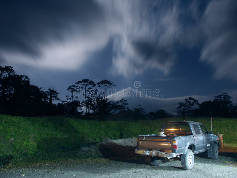 лунный свет arenal около вулкана грузового пикапа стоковое фото rf