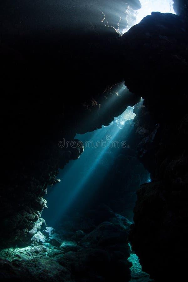 Лучи солнечного света и погруженного в воду Cavern стоковое изображение rf