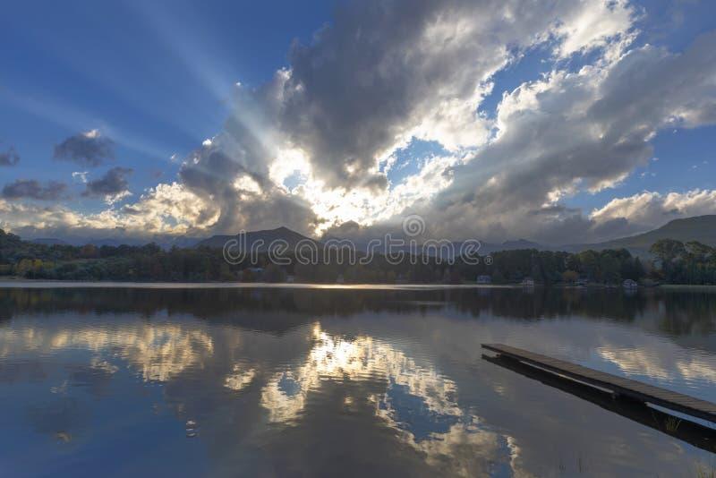 Лучи солнечного света через облака стоковое изображение rf