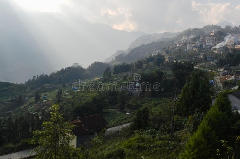 Лучи Солнца над долиной с террасами и полями риса стоковые изображения rf