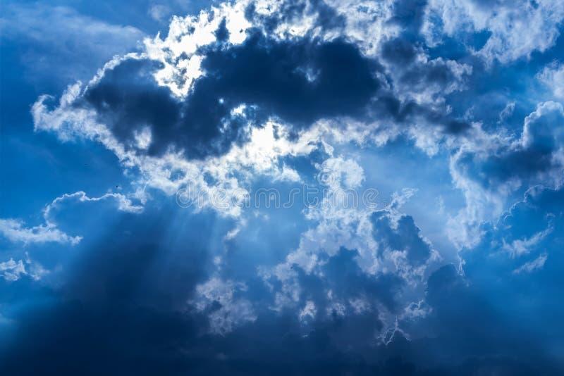 Лучи Солнця через синие облака стоковая фотография rf
