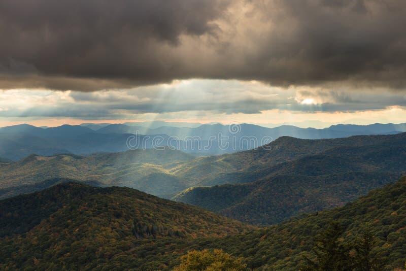 Лучи Солнця вечера над горами голубого Риджа Северной Каролиной стоковые фото