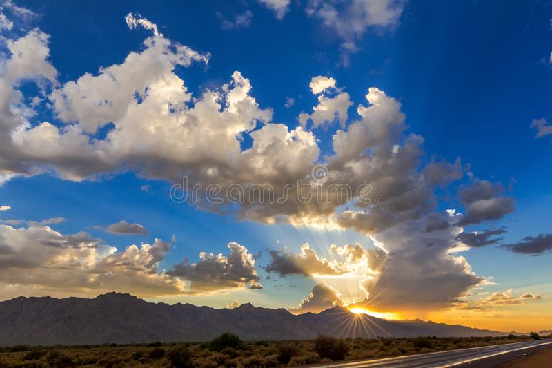 Лучи Солнця на заходе солнца после шторма стоковая фотография