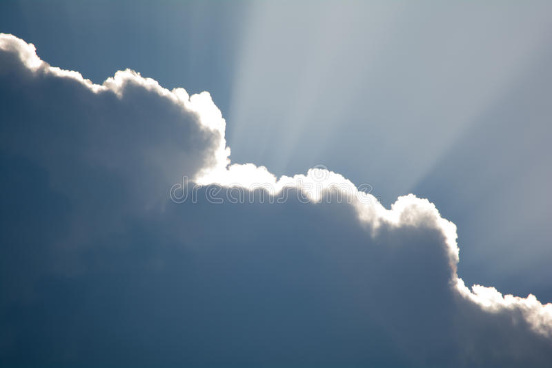 Лучи Солнця shinning через темное облако стоковая фотография rf