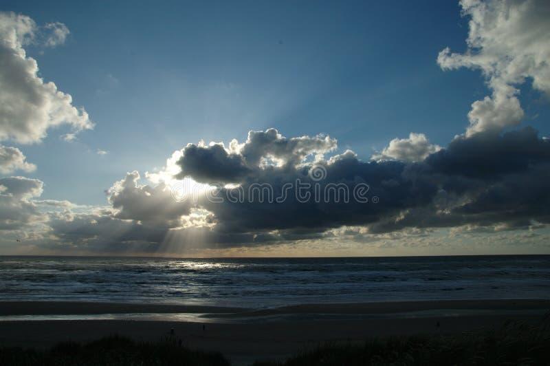 Лучи через небеса стоковые фотографии rf