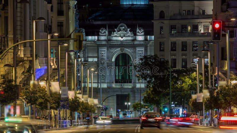 Лучи timelapse светофоров на Gran через улицу, главную торговую улицу в Мадриде на ноче Испания, Европа сток-видео