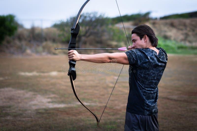 Лучник направляя на его цель на стрельбище снаружи стоковые фотографии rf