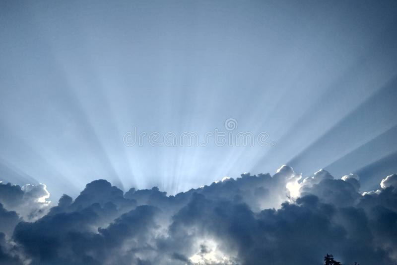Луч Солнця на небе стоковые фото