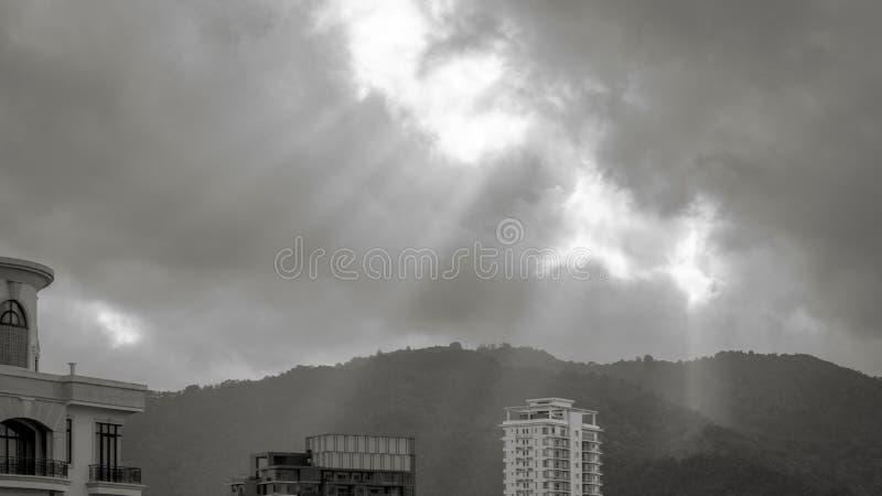 Луч Солнця светя через облака стоковое изображение