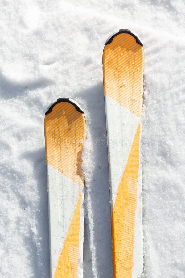 Лыжа в снеге стоковое изображение