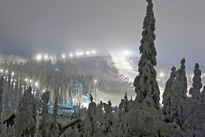 лыжа курорта вечера стоковые изображения rf