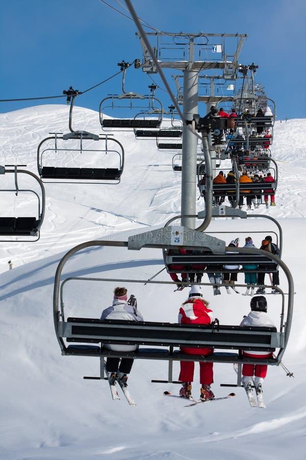 лыжа курорта людей chairlift стоковая фотография rf