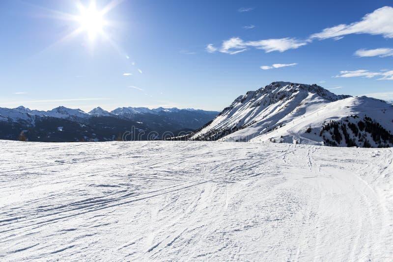 лыжа курорта Наклоны лыжи Солнечный день на лыжном курорте Панорамный взгляд на снежном с наклона piste для freeriding с трассиро стоковая фотография