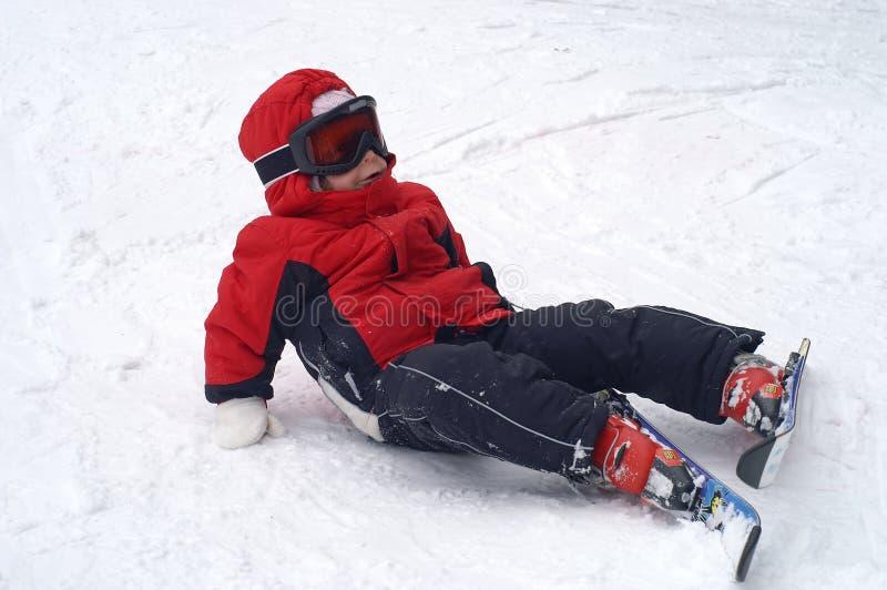 лыжа ребенка падая стоковое изображение rf