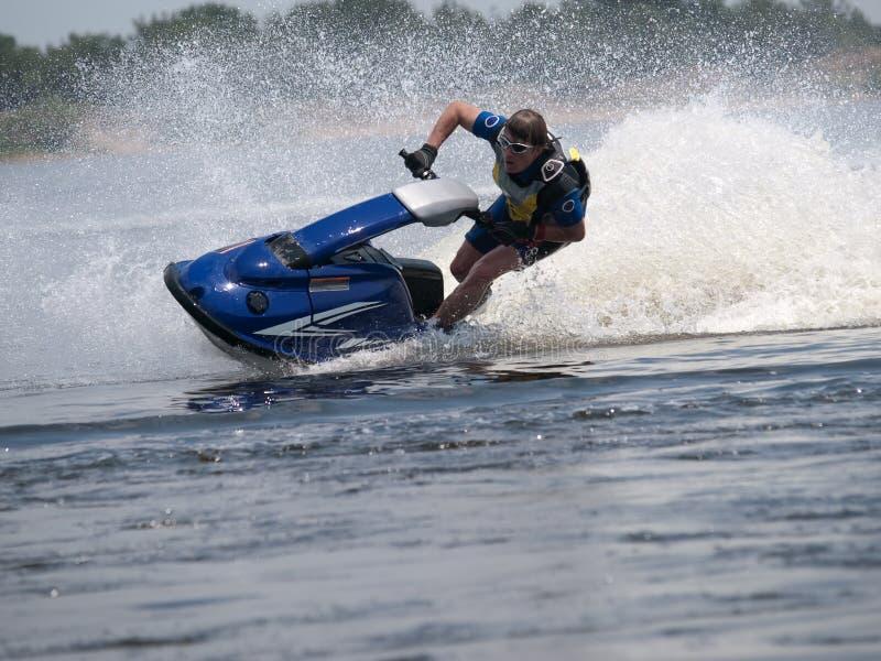 лыжа реки человека двигателя стоковые фотографии rf