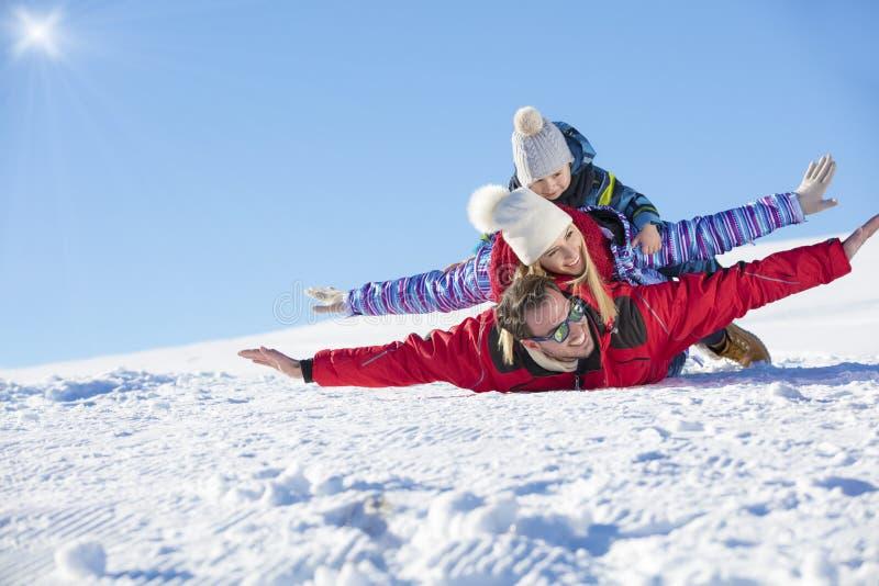 Лыжа, солнце снега и потеха - счастливая семья на празднике лыжи стоковые фотографии rf