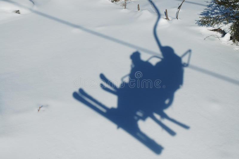 лыжа тени chairlift стоковая фотография rf