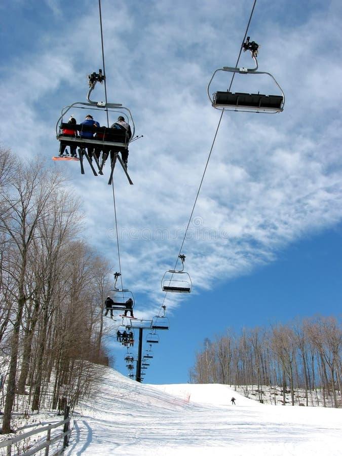 лыжа chairlift покатая стоковая фотография