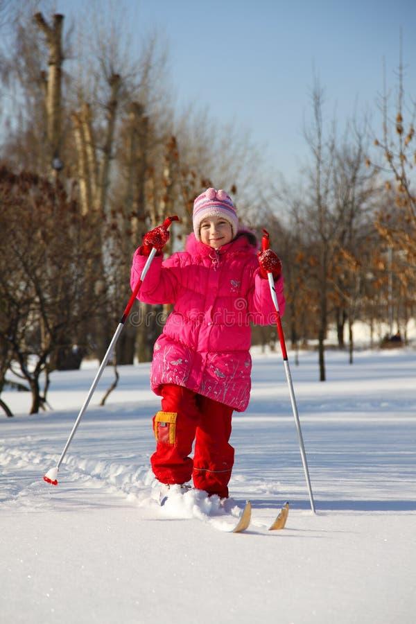 лыжи девушки стоковое изображение rf