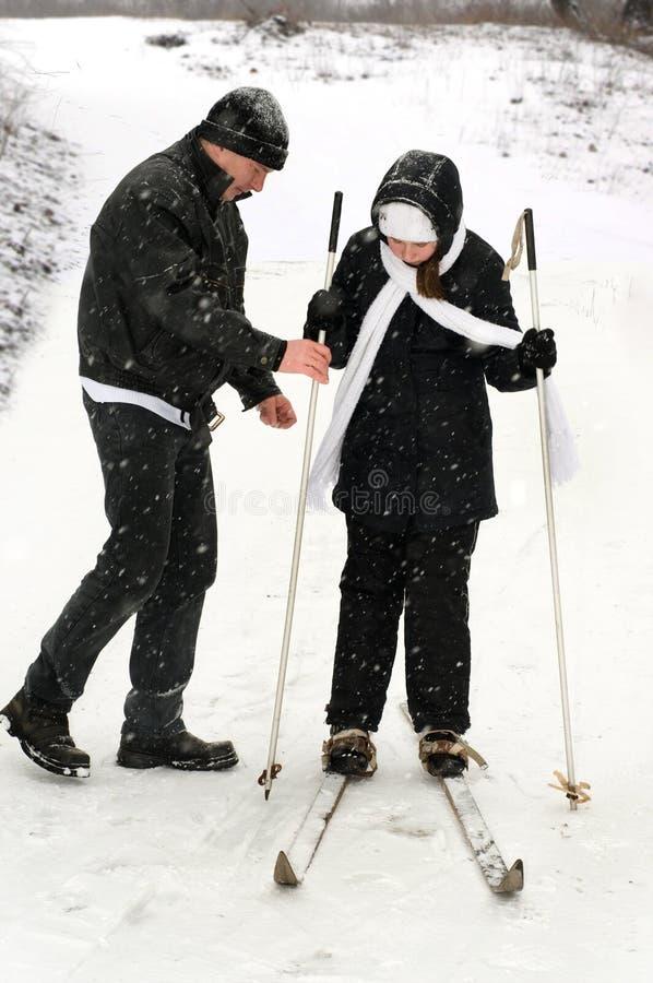 лыжи отца дочи стоковые фото